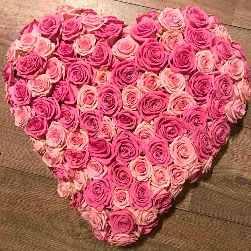 Begravelseshjerte af lyserøde roser.