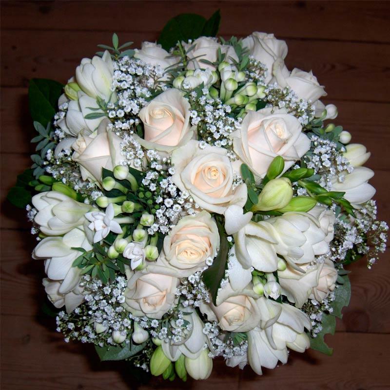 Rund brudebuket i hvide nuancer.