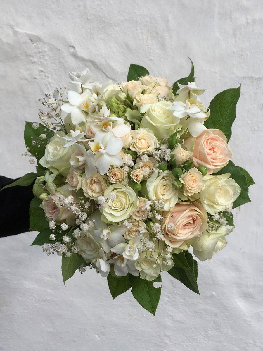Brudebuket i hvide og creme nuancer.
