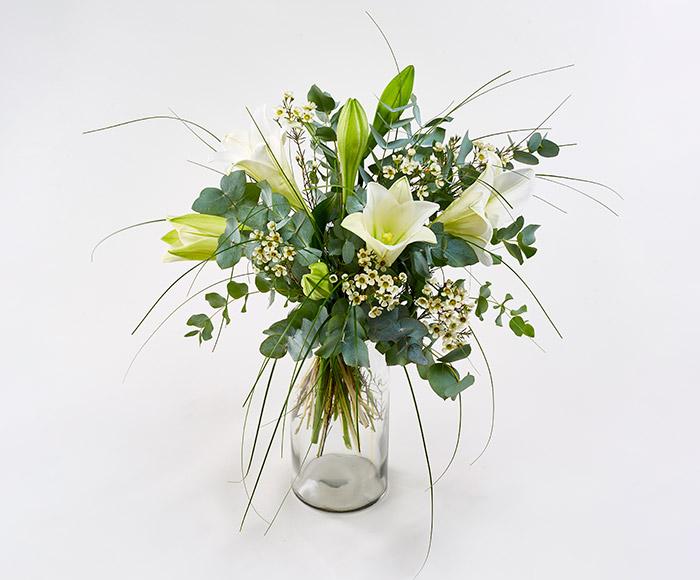 Høj buket bundet af en-to type blomster