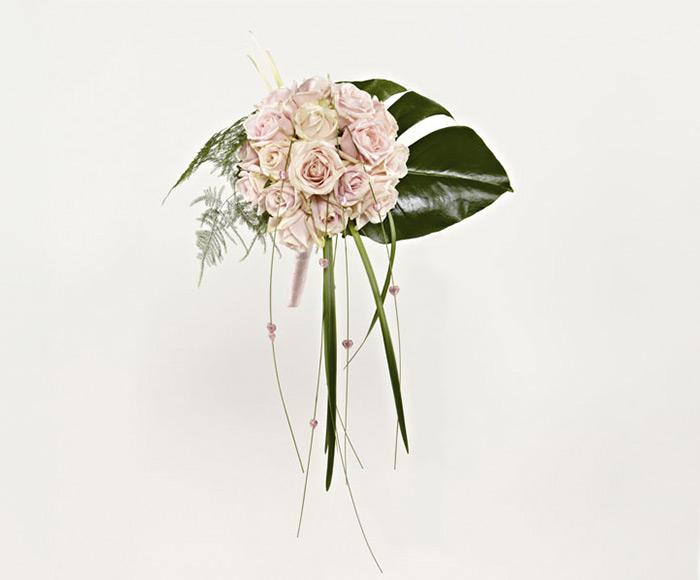 Asymmetrisk brudebuket med rosa roser