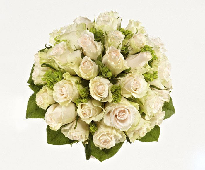 Rund brudebuket med roser og synlig bladkrans