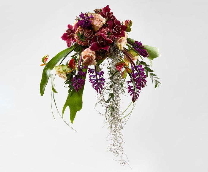 Image of   Fyldig brudebuket i rødlige nuancer
