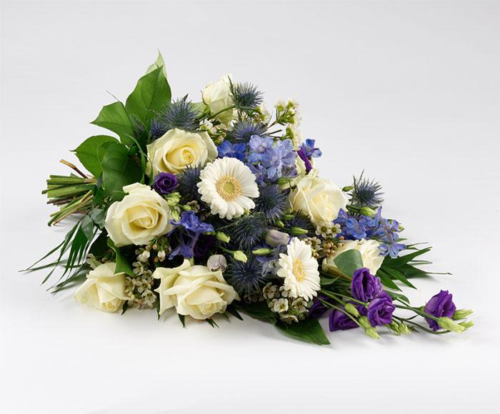 Image of   Bestil en smuk og personlig bårebuket blå og hvide nuancer