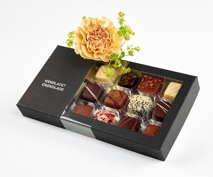 Chokoladeæske pyntet med blomst