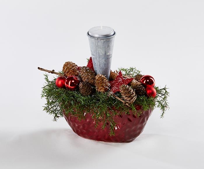 Rød juledekoration med lys, naturpyntet