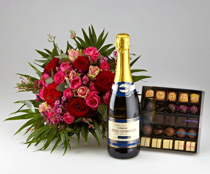 Romantiske roser, mousserende vin og chokolade