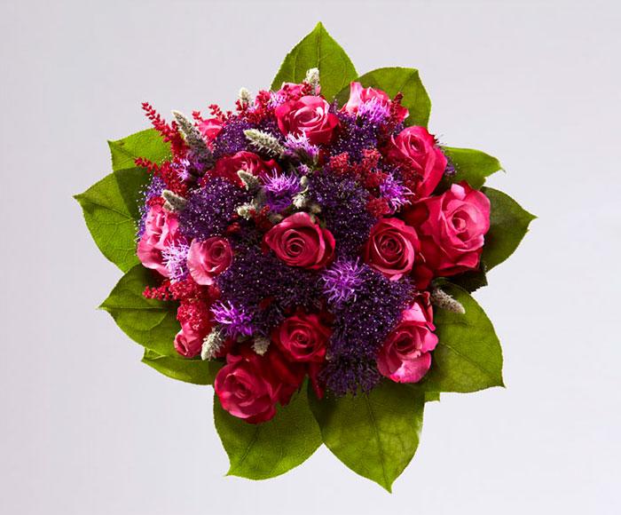 Rund brudebuket i mørk rosa og lilla nuancer