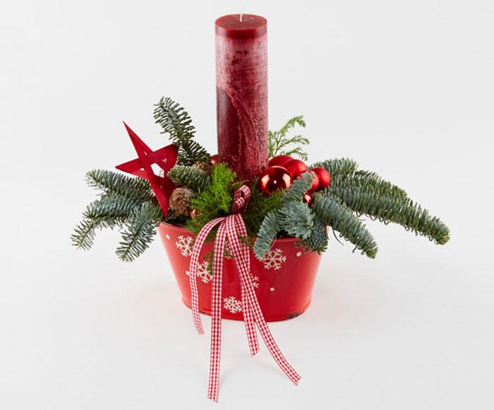 Juledekoration i rød med bloklys