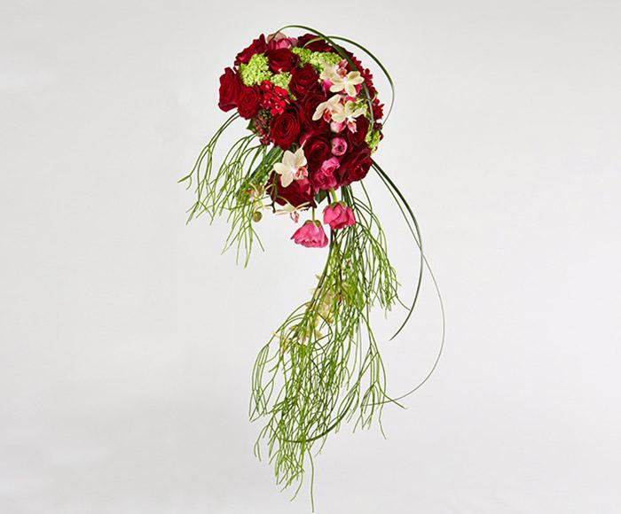 Kunstnerisk rød brudebuket