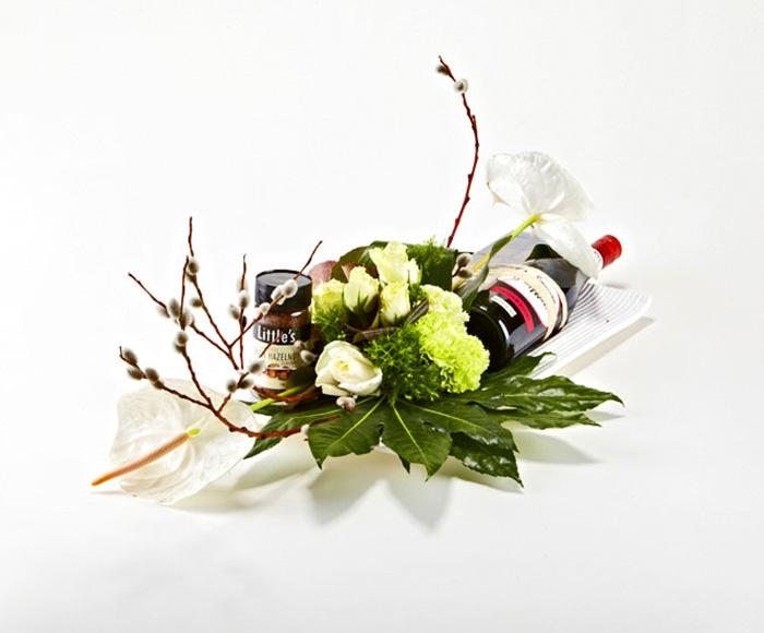 Vindekoration på fad med blomster
