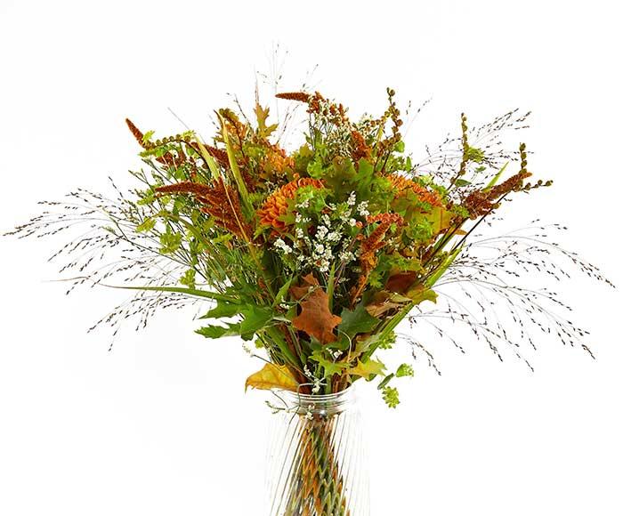 Image of   En høj og varm efterårsbuket bundet af efterårets blomster