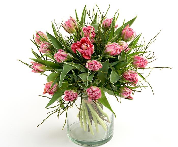 Image of   Fin tulipanbuket i lyserøde farver bundet med forårs grønt
